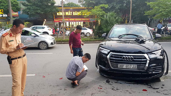 Police officers examine the site of an accident in Hanoi on November 12, 2018. Photo: Tuoi Tre
