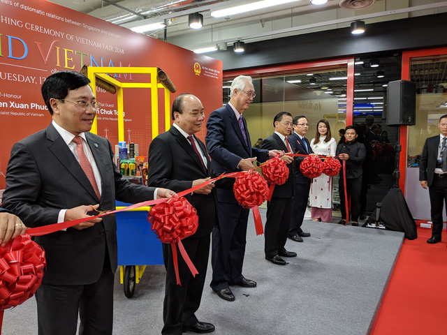 Prime Minister Nguyen Xuan Phuc and Singaporean Emeritus Senior Minister Goh Chok Tong (L,3rd) cut the ribbon to kick-start the event. Photo: Tuoi Tre