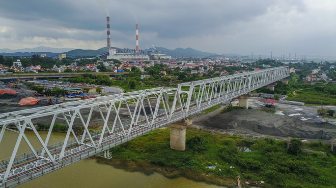 The one-kilometer railway bridge spans across the Luc Dau Giang River. Photo: Tuoi Tre