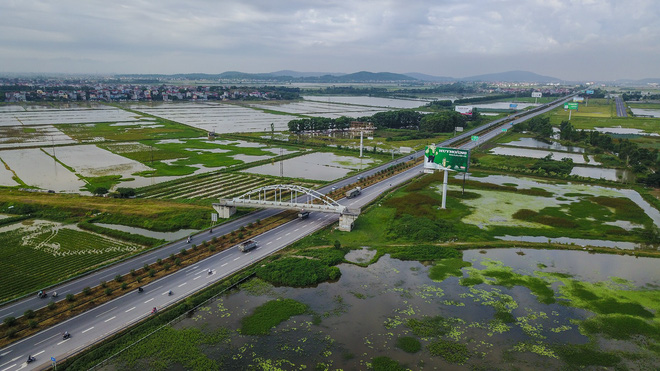 An overpass of the railway crosses the Hanoi - Bac Giang expressway. Photo: Tuoi Tre