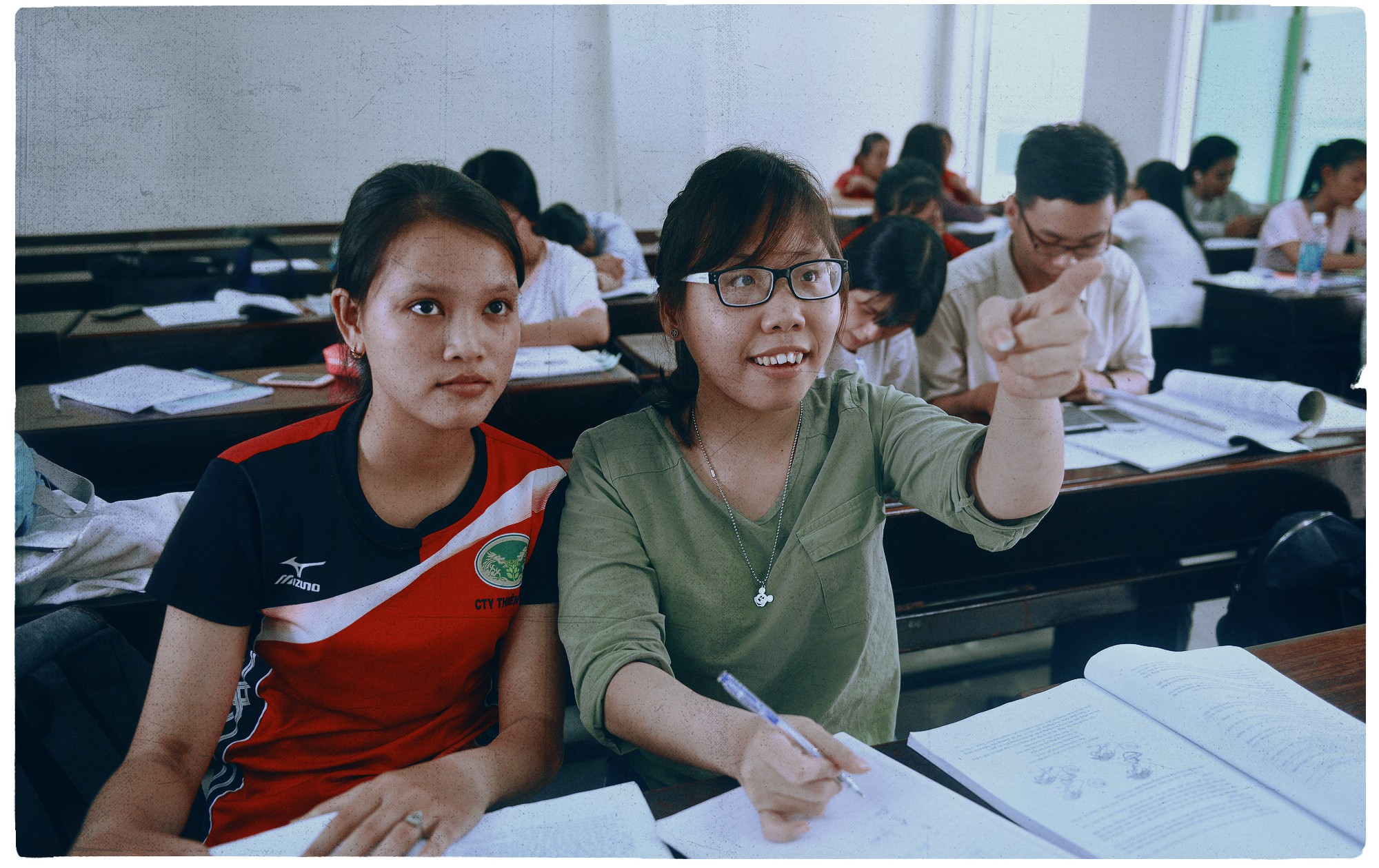 21-year-old Pham Thi Thu Thuy (right), a disabled orphan of Hoa Binh Village, got accepted to the Ho Chi Minh City University of Education. Photo: Tuoi Tre
