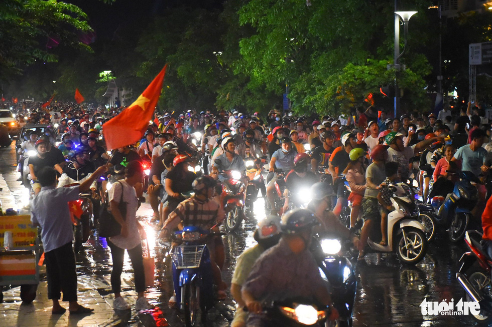 People crowd the Nguyen Hue pedestrian area to celebrate Vietnam's 2-0 victory against Malaysia at the 2018 AFF Championship on November 16, 2018. Photo: Tuoi Tre