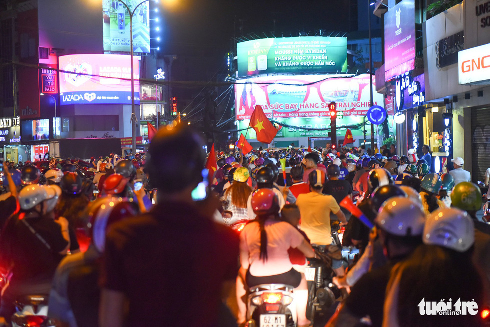 People take to the Phu Dong Roundabout in District 1 to celebrate Vietnam's 2-0 victory against Malaysia at the 2018 AFF Championship on November 16, 2018. Photo: Tuoi Tre