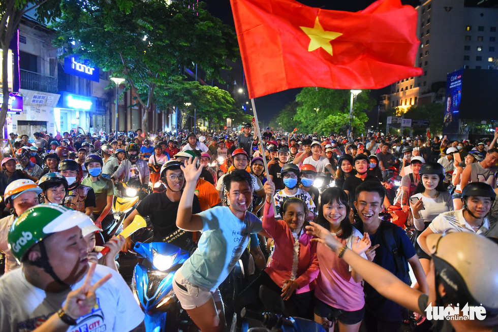 Vietnamese football fans in Ho Chi Minh City celebrate Vietnam's 2-0 victory against Malaysia at the 2018 AFF Championship on November 16, 2018. Photo: Tuoi Tre