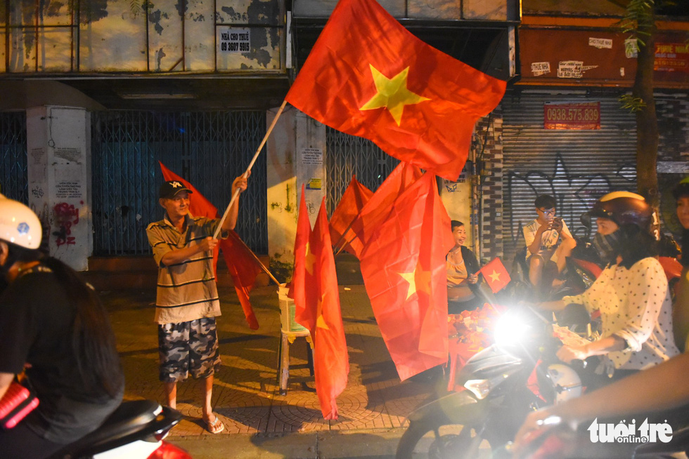 Vietnam national flags are sold along a street after Vietnam's 2-0 victory against Malaysia at the 2018 AFF Championship on November 16, 2018. Photo: Tuoi Tre