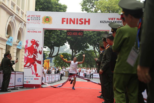 A member of Team 2041 from the Ministry of Public Security is the first to cross the finish line.