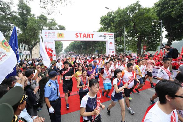 Runners start their race at the The 2018 Vietnam Kizuna Ekiden.
