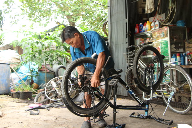 Repairman gives free bicycles to poor students in Vietnam's Mekong Delta