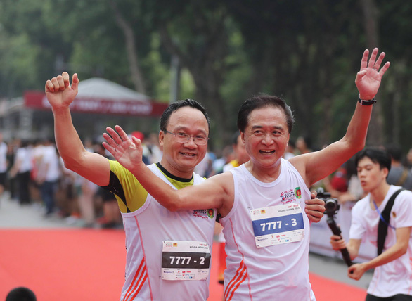 Kuroiwa Yuji (R), governor of Japan's Kanagawa Prefecture, and Khuat Viet Hung, vice-chairman of Vietnam's National Traffic Safety Committee, at the event