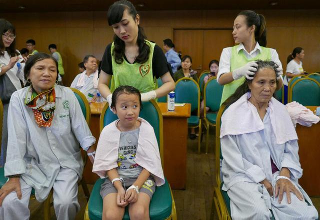 Hanoi hospital gives patients free haircuts, hair washing