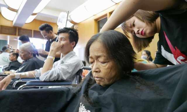 Patients have their hair trimmed at Bach Mai Hospital in Hanoi, Vietnam, November 17, 2018. Photo: Tuoi Tre