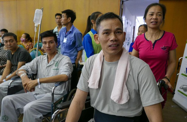 Patients and family members are seen on a free haircut day at Bach Mai Hospital in Hanoi, Vietnam, November 17, 2018. Photo: Tuoi Tre