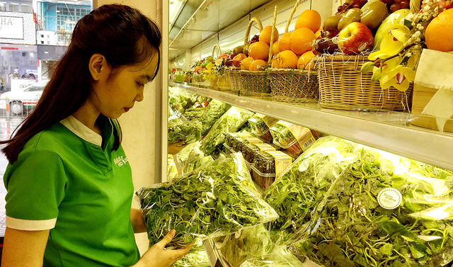 A customer chooses vegetables at a supermarket in Ho Chi Minh City. Photo: Tuoi Tre