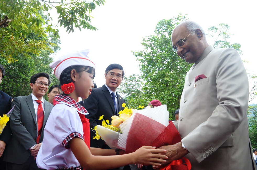President Ram Nath Kovind receives flowers from a local student.