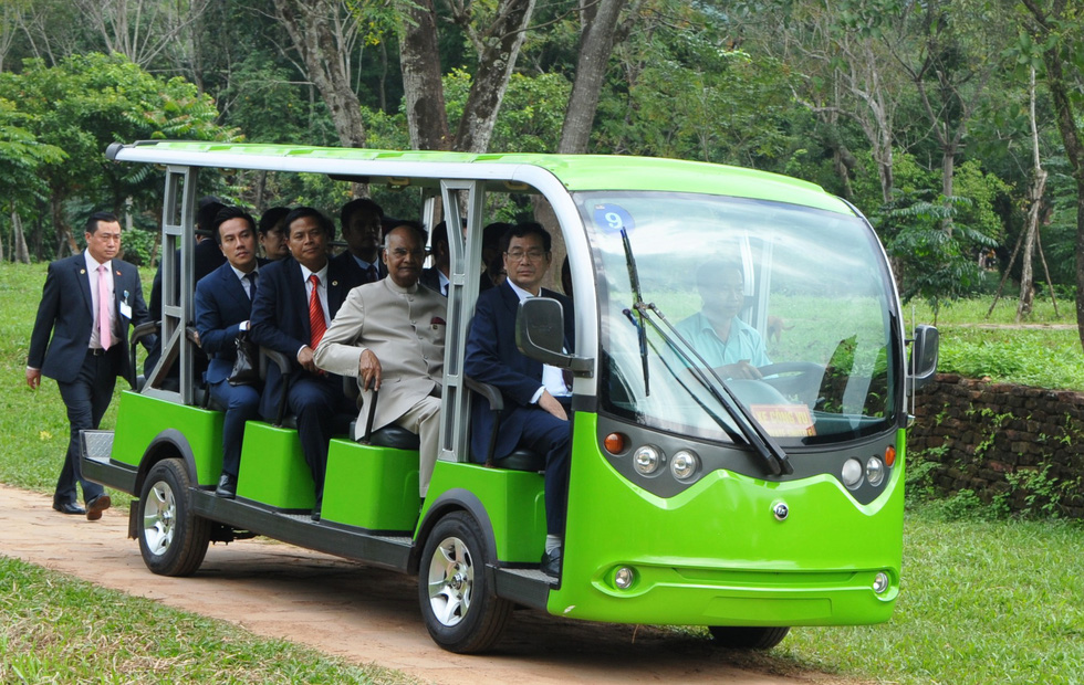 An electric bus takes President Kovind and his delegation into the site.