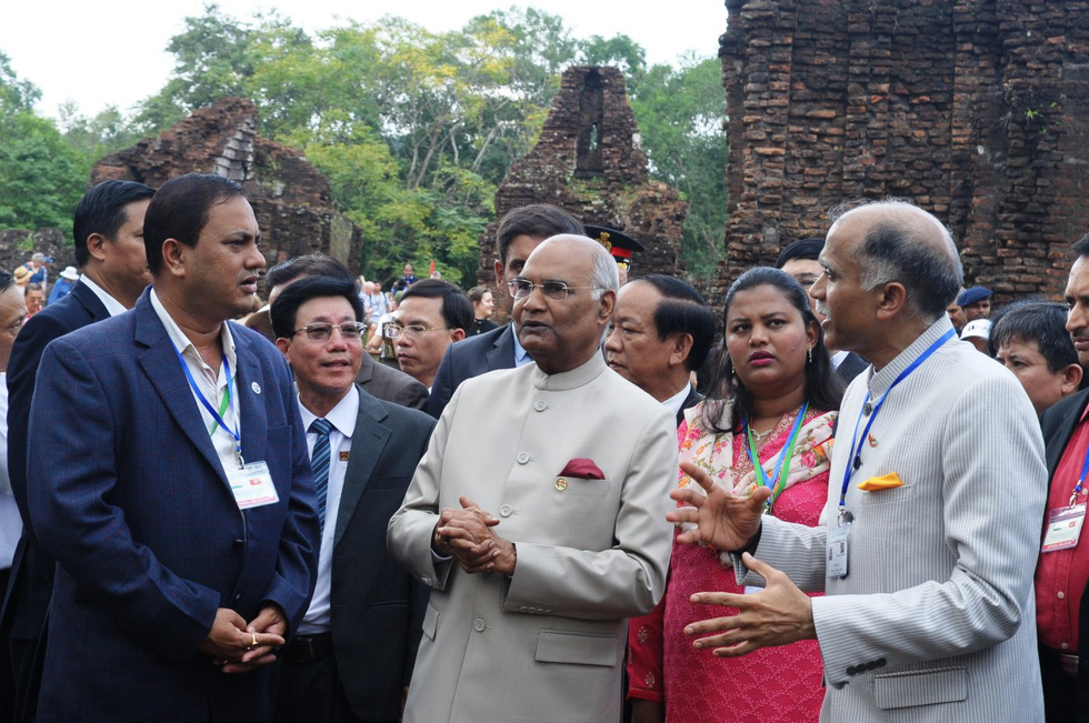 The president talks with his officials about the world cultural heritage site.