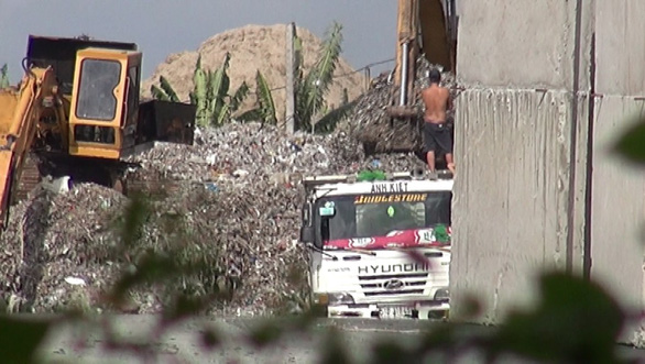 Industrial waste pile up at an illegal landfill in Binh Chanh District, Ho Chi Minh City. Photo: Tuoi Tre