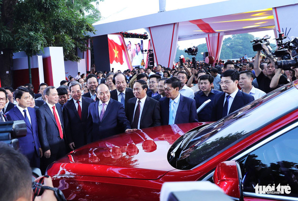 Prime Minister Nguyen Xuan Phuc and other delegates watch the LUX SA2.0 SUV. Photo: Tuoi Tre