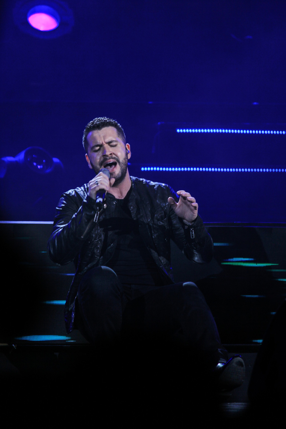 "Shayne Ward sings at the ""Live For Love Concert 2018"" in Hanoi on November 20, 2018. Photo: Tuoi Tre"