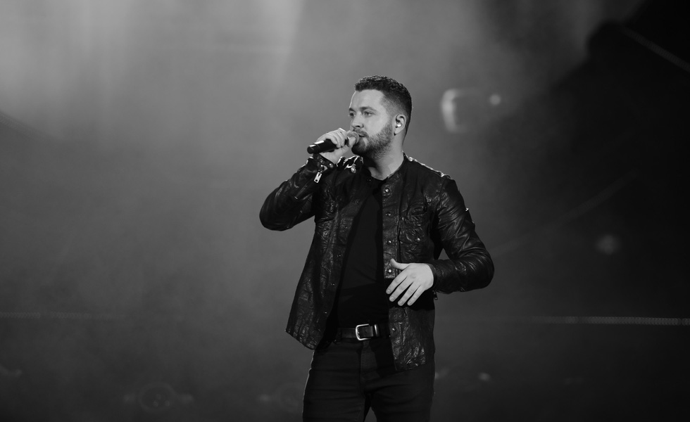 Shayne Ward steals fans' hearts with 11-song performance in Hanoi