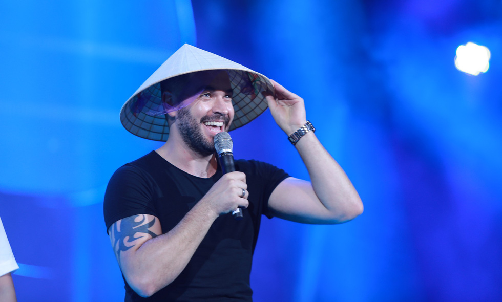 "Shayne Ward wears Vietnam's non la (conical hats) at the ""Live For Love Concert 2018"" in Hanoi on November 20, 2018. Photo: Tuoi Tre"