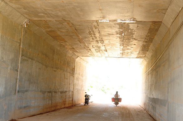 Adhesive tape was used to cover leaking spots inside an underpass on the Da Nang – Quang Ngai Expressway in central Vietnam. Photo: Tuoi Tre