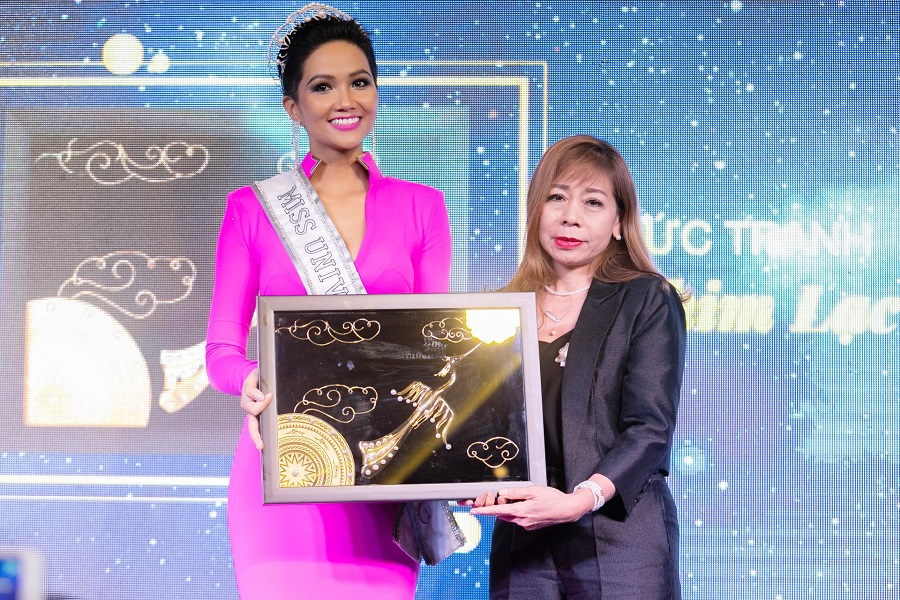Miss H'Hen Nie and an organizing representative introduce the national gift at the press meeting on November 21, 2018