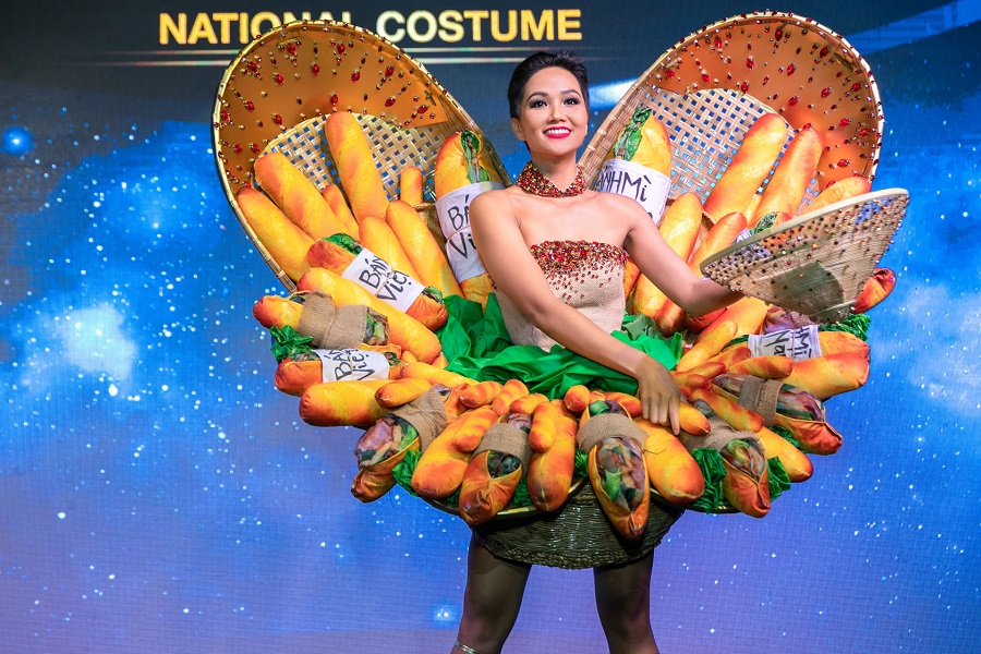 """Miss H'Hen Nie dons the """"banh mi"""" costume at the press meeting on November 21, 2018"""