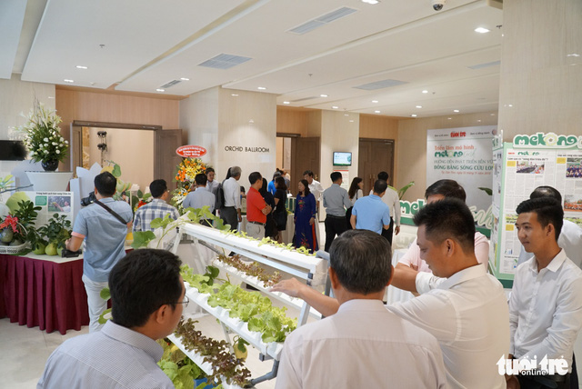 Guests examine successful agriculture models on display at the conference in Can Tho, southern Vietnam, on November 22, 2018. Photo: Tuoi Tre