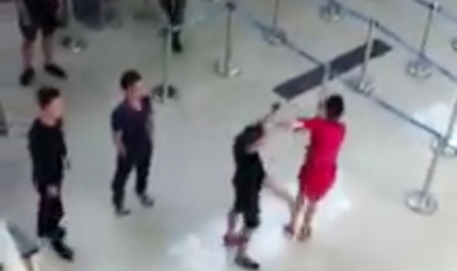 Men assault ground service staff over selfie refusal in Vietnam airport