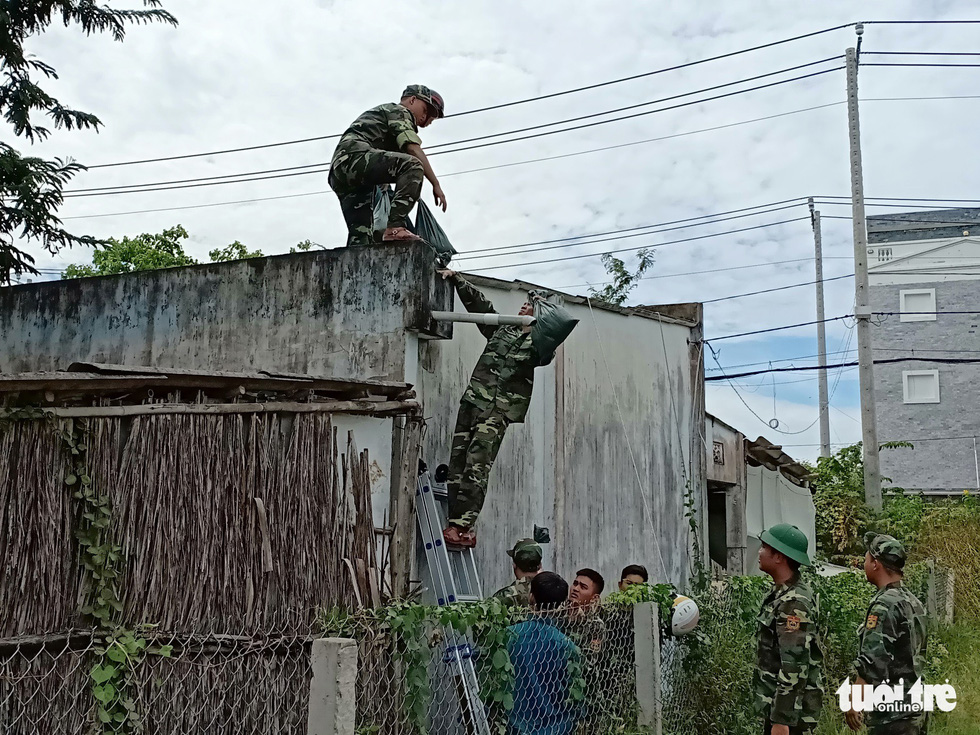 Border guard soldiers help locals fortify their roofs in Can Gio, Ho Chi Minh City, on November 23, 2018. Photo: Tuoi Tre