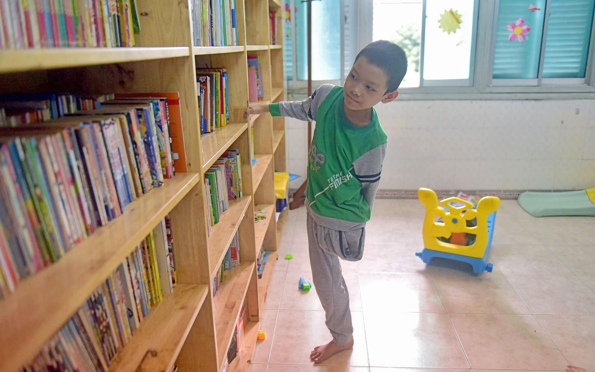 Vietnamese boy stays lively despite losing leg to bone cancer