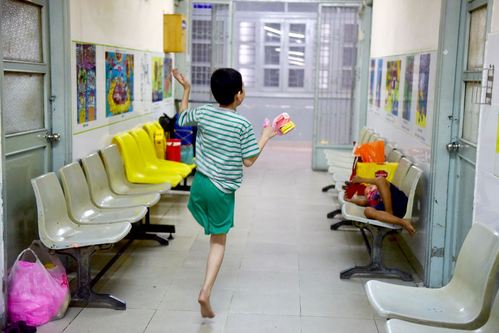 The boy walks around the hospital with his right leg.
