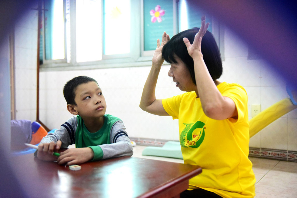 Dinh Thi Kim Phan, a teacher at the Oncology Hospital, talks with Loc.