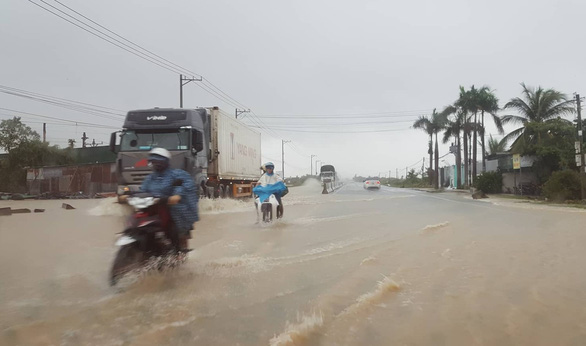 A section of National Highway 1 in Cam Ranh City, Khanh Hoa Province is flooded due to torrential rain. Photo: Tuoi Tre