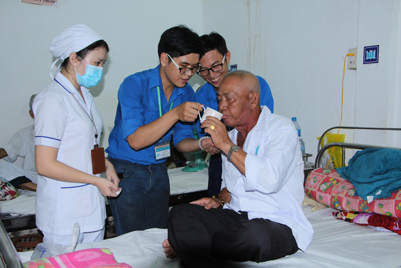 College students help patients at southern Vietnamese hospital