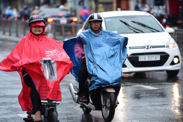 People wear their raincoats along a street in Ho Chi Minh City on the morning of November 25, 2018. Photo: Tuoi Tre