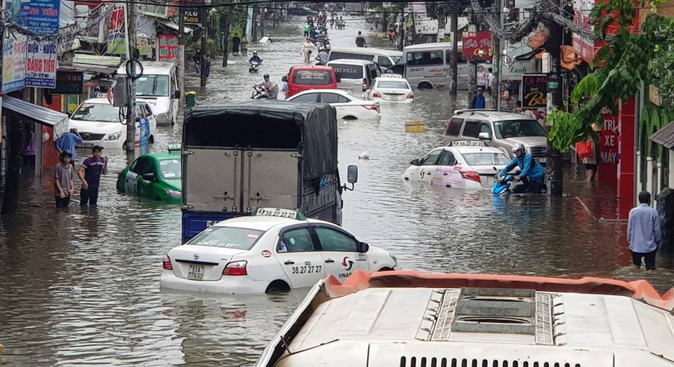 Cars are abandoned on a flooded street in Ho Chi Minh City on November 26, 2018. Photo: Tuoi Tre