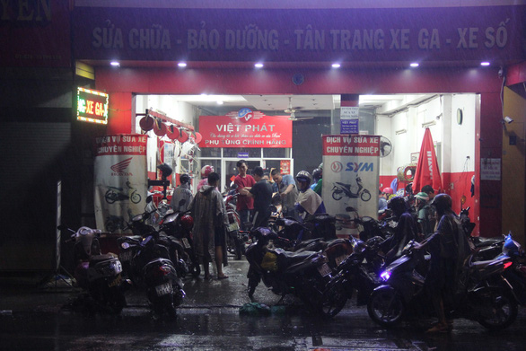 A motorbike repair shop in Ho Chi Minh City is busy with customers on November 25, 2018. Photo: Tuoi Tre