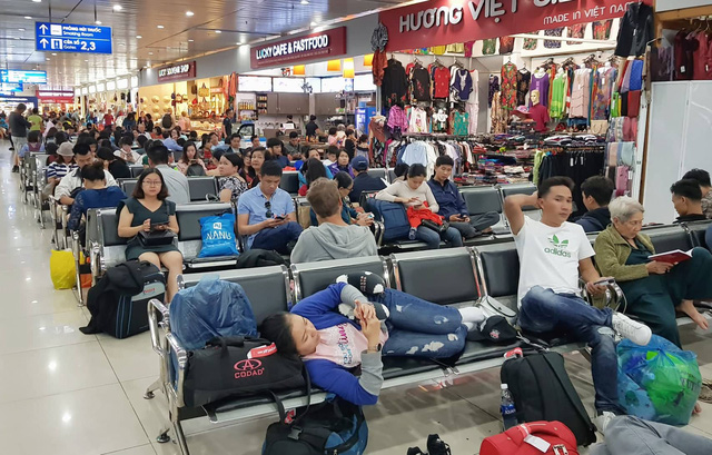 Passengers spend night at Ho Chi Minh City airport as flights delayed, diverted amid heavy rains
