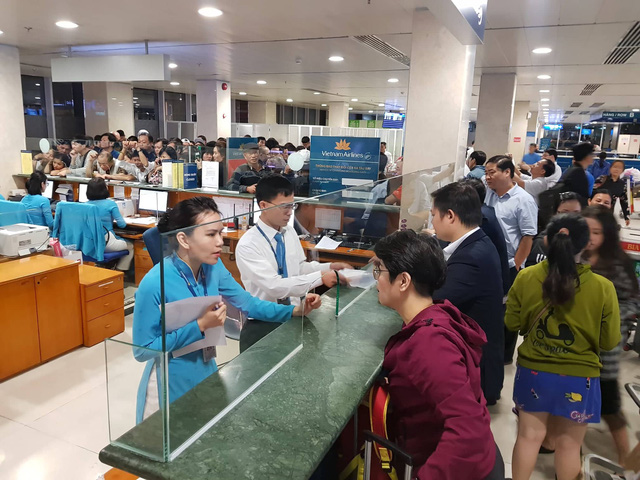Passengers change their flight tickets at Tan Son Nhat International Airport in Ho Chi Minh City on November 25, 2018. Photo: Tuoi Tre