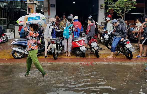 A pedestrian walks in flood water in Ho Chi Minh City on November 26, 2018. Photo: Tuoi Tre