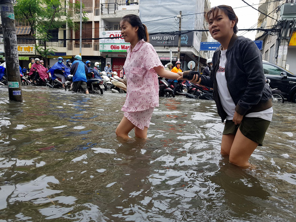 Pedestrian walk in flood water in Ho Chi Minh City on November 26, 2018. Photo: Tuoi Tre