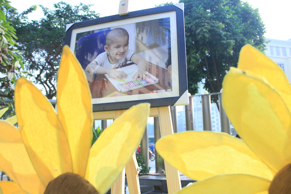 A photo of a smiling child with cancer is displayed at the Sunflower Festival in Hanoi, November 25, 2018. Photo: Duong Lieu / Tuoi Tre
