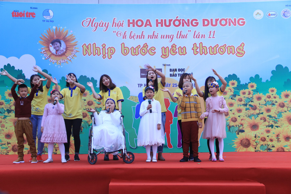 Members of a volunteer group perform with the child patients at the Sunflower Festival in Hanoi, November 25, 2018. Photo: Duong Lieu / Tuoi Tre