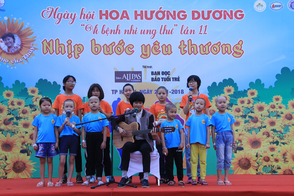 Singer Le Cat Trong Ly sings with child cancer patients at the Sunflower Festival in Hanoi, November 25, 2018. Photo: Duong Lieu / Tuoi Tre