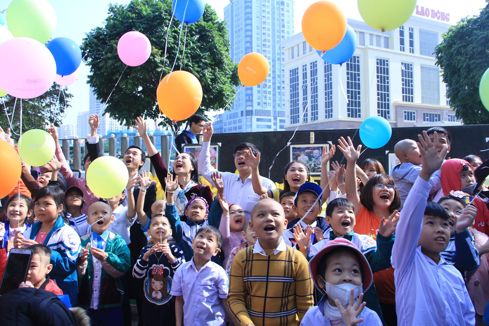 Child patients release balloons as a way of making their wishes. Photo: Duong Lieu / Tuoi Tre
