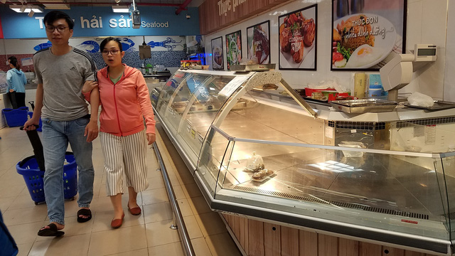 An empty meat counter is seen at the Co.op Mart supermarket on Phan Xich Long Street in Phu Nhuan District at 7:30 pm on November 26, 2018. Photo: Tuoi Tre