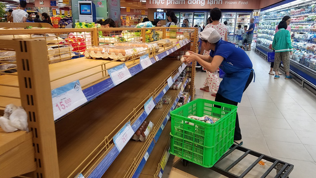 Empty egg shelves are seen at the Co.op Mart supermarket on Phan Xich Long Street in Phu Nhuan District at 7:30 pm on November 26, 2018. Photo: Tuoi Tre