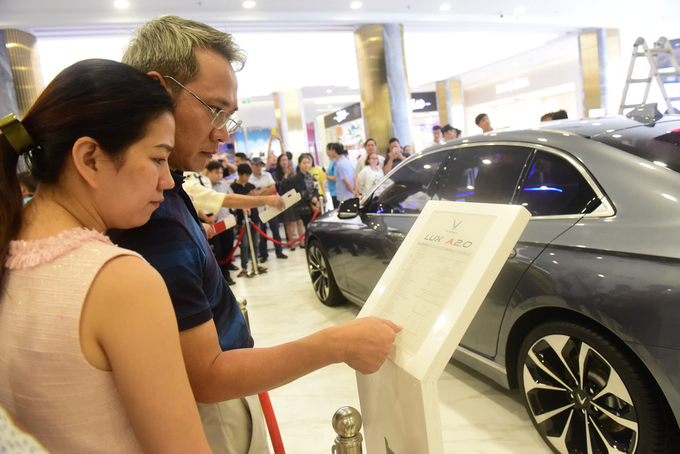 Customers read the technical specifications of the LUX SA2.0 SUV at the launch ceremony in Ho Chi Minh City on November 26, 2018. Photo: Tuoi Tre